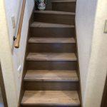 介護保険の住宅改修で、階段の床材をすべりにくい材質にリフォーム